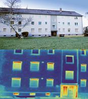 Effet de l'installation de systèmes d'isolation thermique par l'extérieur (ITE). bâtiment après isolation par l'extérieur. En bas figurent les images thermiques du bâtiment.