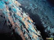 Ancienne cheminée riche en cuivre et partiellement oxydée (les minéraux verts visibles en surface sont des chlorures de cuivre).