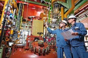 Two employees in a production plant