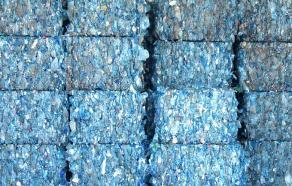Balles de bouteilles en plastique bleu empilés dans un centre de recyclage