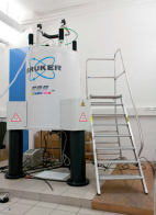Spectromètre RMN : les échantillons sont introduits dans l'appareil où ils sont soumis à un champ magnétique de fréquence constante.