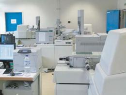 Dans des laboratoires à la pointe de la recherche scientifi que et technologique, les experts traquent le dopage !